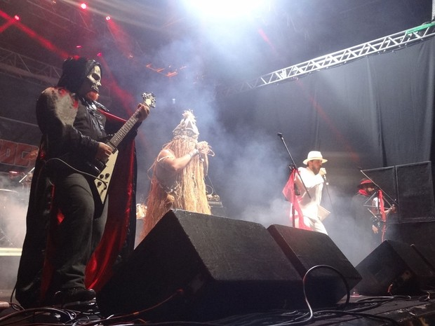 O show de 'saravá metal' da  Gangrena Gasosa fez muito sucesso com o público. (Foto: Maurício Penedo / G1)