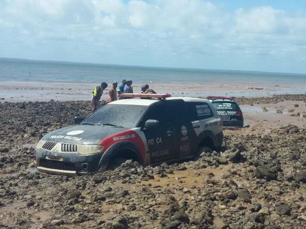 Duas viaturas da PM ficam atoladas na praia de Panaquatira (Foto: Divulgação / RedesSociais)