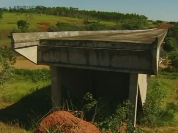 Moradores reclamam de ponte inacabada há 40 anos em Davinópolis Goiás (Foto: Reprodução/TV Anhanguera)