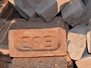 Os tijolos das casas demolidas têm o símbolo da ES Sorocabana (Foto: Cristina Baron/Cedida)