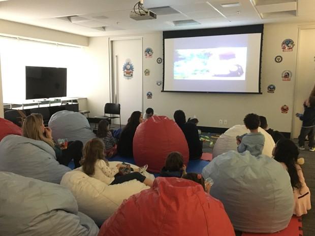 Sala foi adaptada para receber crianças e adultos (Foto: Divulgação)
