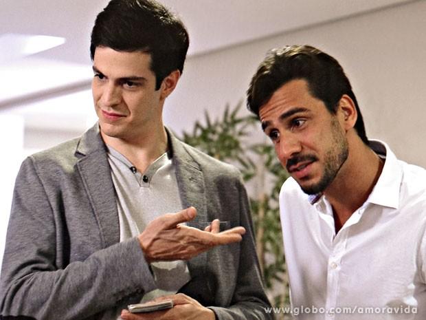 Félix é apoiado por Jacques (Foto: Amor à Vida/TV Globo)