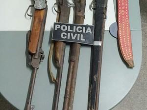 Quatro armas foram apreendidas com os suspeitos (Foto: Divulgação Polícia Civil)