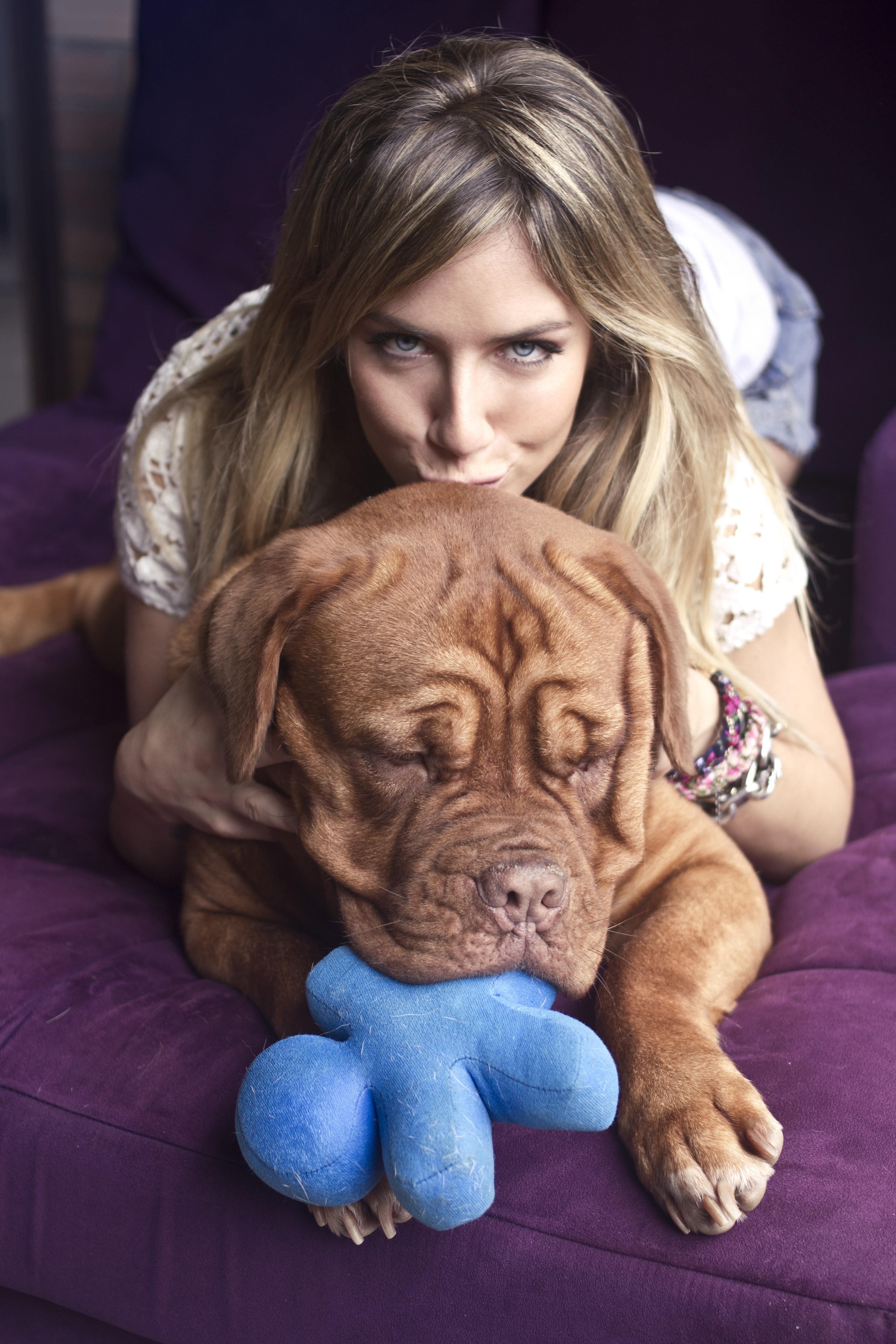 A bela com Princesa, da raça dogue de Bordeaux: presente da bela para o marido Bruno Gagliasso (Foto: Arquivo pessoal)