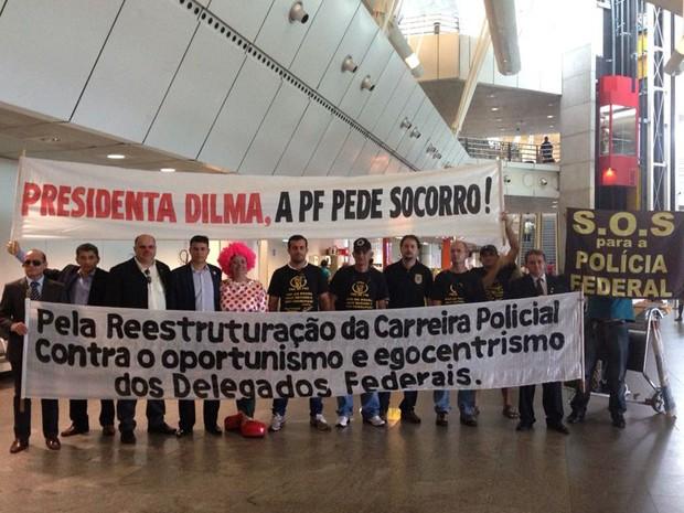Palhaça participou de manifestação em alusão ao Dia Universal dos Contadores de História (Foto: Divulgação/Sindipfern)