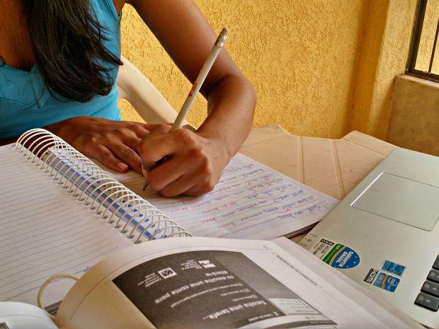 Bióloga estuda ao menos cinco horas por dia para ingressar em uma carreira pública (Foto: Iryá Rodrigues/G1)