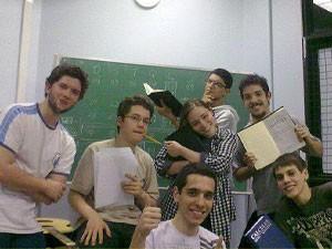Ciclo básico do curso de ciências moleculares da USP inclui madrugadas na sala de aula resolvendo a prova de cálculo (Foto: Arquivo pessoal/Thaís Costella)