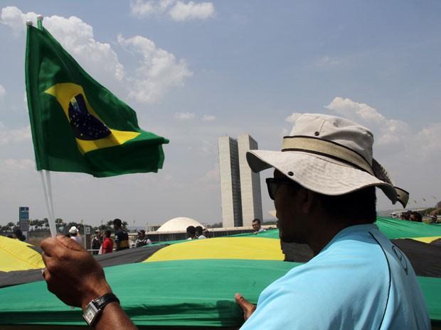 Manifestante segura bandeira em ato contra Dilma em Brasília (Foto: Vianey Bentes/TV Globo)