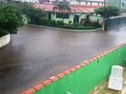 Chuva forte deixa ruas alagadas em Peruíbe, no litoral de SP