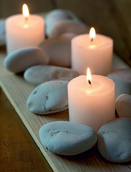 Para um arranjo minimalista e elegante, misture velas e pedras sobre uma tábua de madeira (Foto: Foto Iara Venanzi | Realização Cláudia Pixu | Produção Luana Prade)