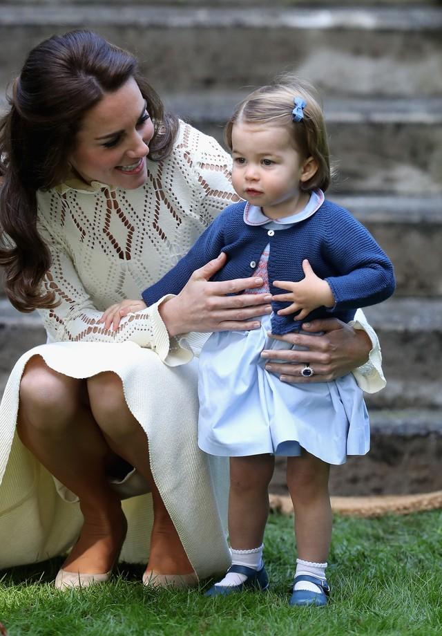 Ao se agachar para falar com a filhota, Kate Middleton quase mostrou mais do que devia  (Foto: Getty Images)