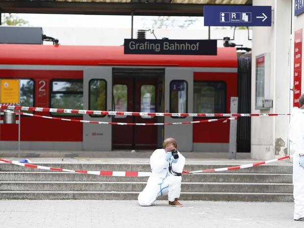 Polícia tira fotos da estação Grafing, perto de Munique, na Alemanha, nesta terça-feira (10), após homem esfaquear quatro pessoas (Foto: Michaela Rehle/ Reuters)