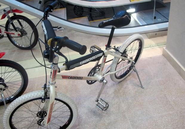 """Bicicleta usada em cena do filme """"E.T"""" é uma das atrações da mostra. (Foto: Anna Gabriela Ribeiro/G1)"""
