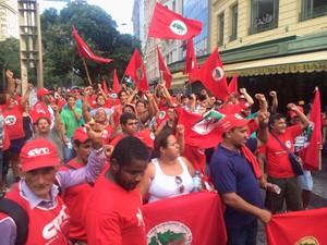 Integrantes do Movimento dos Trabalhores Rurais Sem Terra (MST) chega à Cinelândia para protesto (Foto: Marcelo Elizardo/G1)