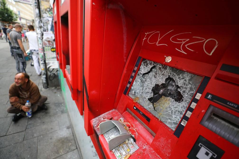 Caixa eletrônico depredado durante protesto em rua de Hamburgo durante o G20 (Foto: Reuters/Kai Pfaffenbach)
