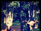 Thaila Ayala e Paulo Vilhena brincam de balanço e postam no Twitter