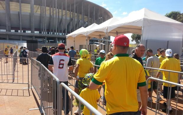 Portões abertos Mané Garrincha Brasil x Japão (Foto: Marcelo Baltar)