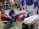 Com cobertores, mães aguardam filhas saírem do show da Demi Lovato