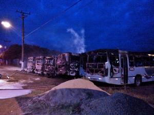 Ônibus foram incendiados em Imbituba (Foto: Reprodução RBS TV)