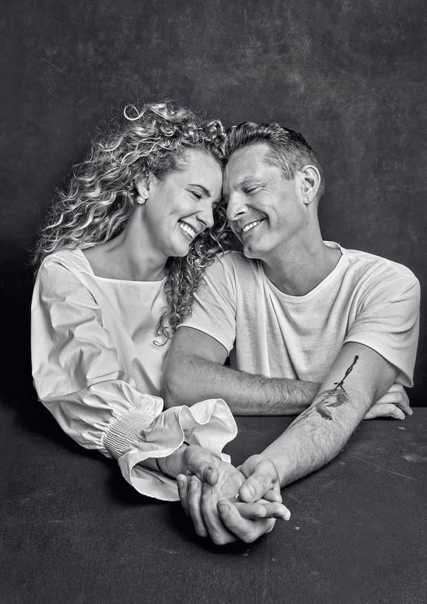 Nicola Gryczka veste blusa (R$ 420) Sardina e brincos de acervo pessoal e David Hertz usa t-shirt   (R$ 149) Foxton (Foto: Daniel Mattar)