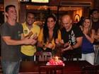Solange Gomes participa de encontro com fãs e sensualiza em show