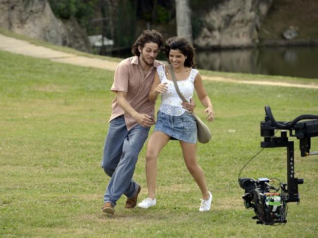 Chay se diverte com Vanessa Giácomo durante gravação (Foto: Raphael Dias/TV Globo)