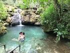 Adriana Sant'anna e Rodrigão curtem momento romântico em cachoeira