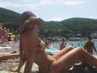 Carol Portaluppi posa de biquíni em praia na Croácia: 'Verão europeu'.
