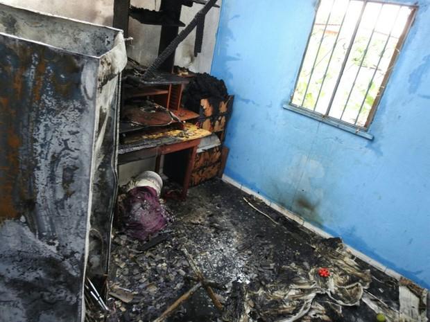 Fogo teve início em uma geladeira, segundo moradora (Foto: Adneison Severiano/G1 AM)