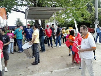 professores protestam na Secopa em Cuiabá (Foto: Adriano Ferreira/Centro América FM)