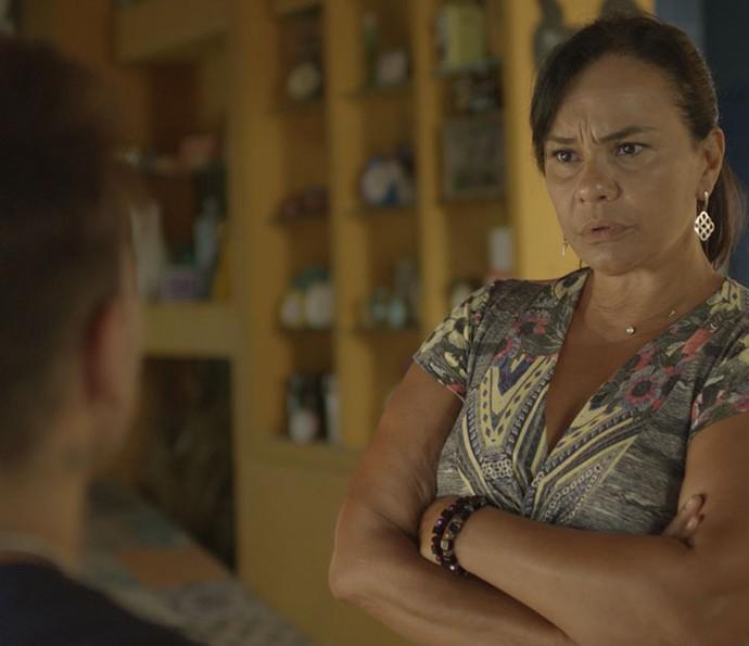 Vanda estranha a mudança de postura de Uood com Alina (Foto: TV Globo)
