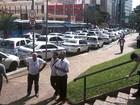 Taxistas protestam contra circulação de carros da Uber em Campinas