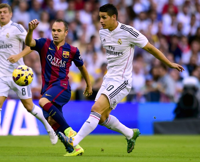 Real Madrid x Barcelona - James Rodríguez e Iniesta (Foto: AFP)