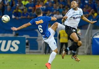 Egidio e Fellipe Bastos, Cruzeiro e Grêmio (Foto: Getty Images)