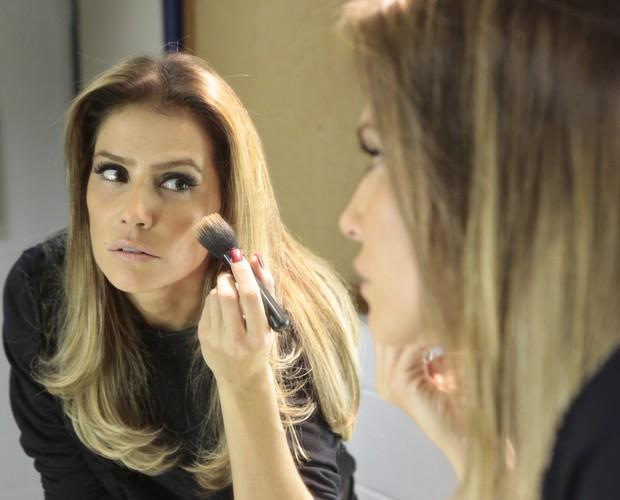 Atriz se prepara para gravar o Vídeo Show e capricha na maquiagem (Foto: Vídeo Show/TV Globo)