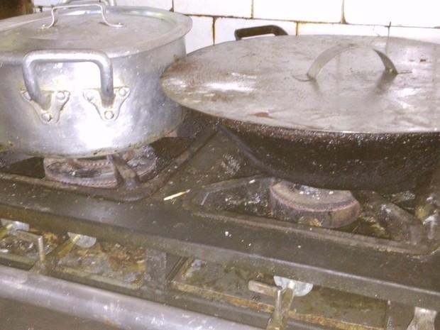 Falta de higiene na cozinha foi uma das irregularidades constatas pelos fiscais do Procon em duas das cinco padarias vistoriadas no Rio nesta quarta-feira (22). (Foto: Procon Carioca/Divulgação)