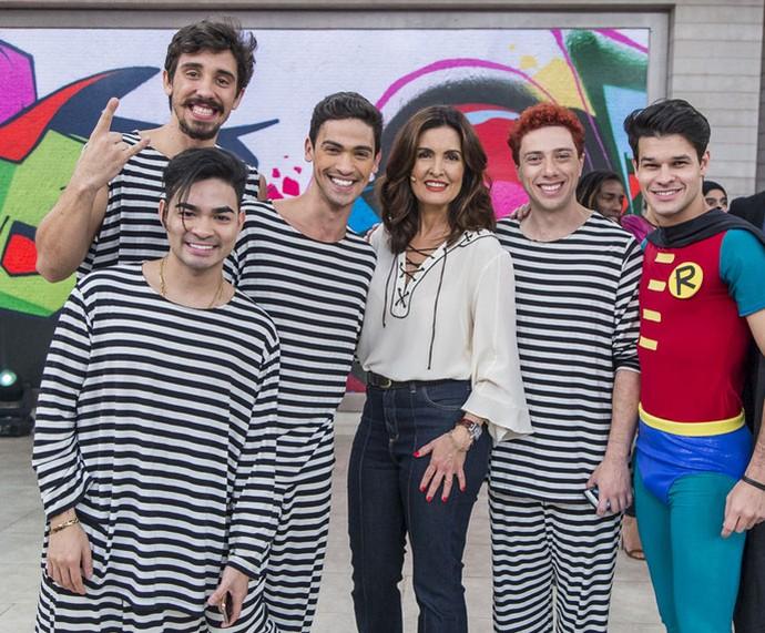 Fátima com os meninos de 'O Musical Mamonas' (Foto: Artur Meninea/Gshow)