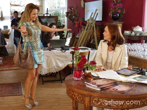 Shirley chega à casa de leilões para surpresa de Helena (Foto: Em Família/ TV Globo)