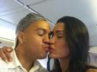 Belo e Gracyanne viajam para Angola e trocam beijinhos no avião