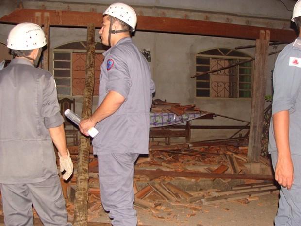 Bombeiros em casa que teve o telhado destruído (Foto: Michelly Oda/G1)