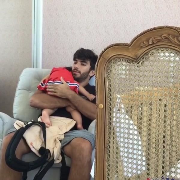 Hugo Moura coloca filha Maria Flor para dormir (Foto: Reprodução / Instagram)