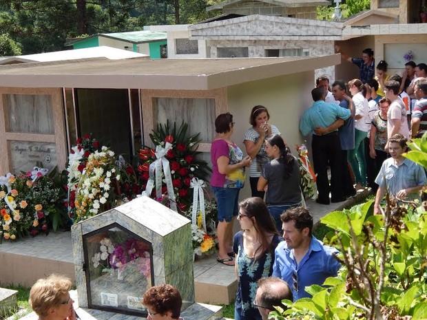 Enterro foi no Cemitério da Linha Fernando Machado (Foto: Laion Espíndula/G1)