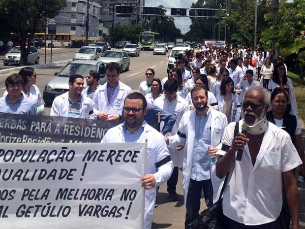 Residentes fizeram caminhada do Memorial de Medicina de Pernambuco até o Hospital da Restauração, no Derby (Foto: Reprodução / WhatsApp)