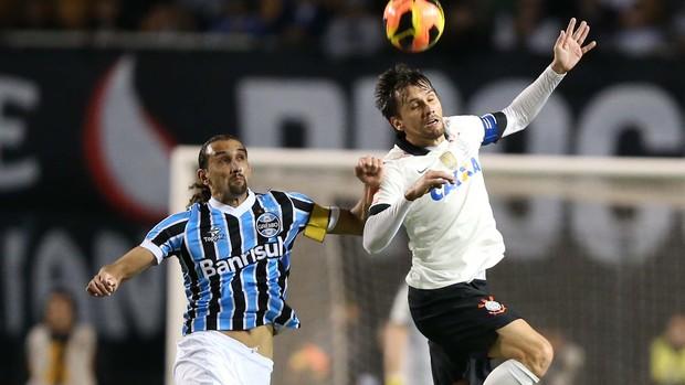 Barcos e Paulo André Corinthians x Grêmio (Foto: Marcos Ribolli / Globoesporte.com)