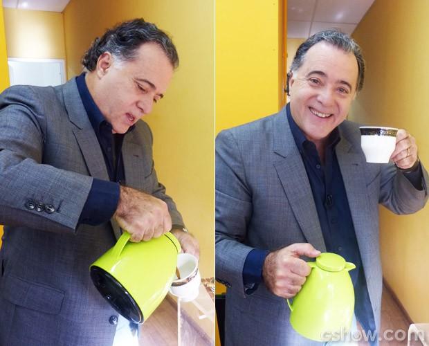 Tony Ramos mantém hábito da caneca grande no Mais Você! (Foto: Mais Você / TV Globo)
