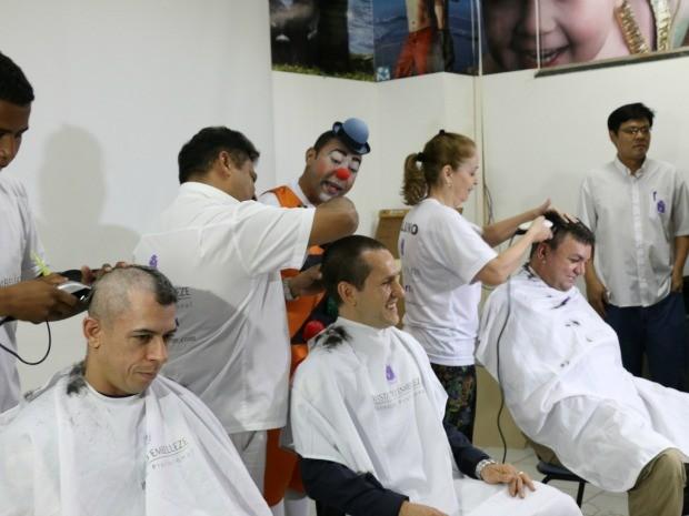 Policiais Rodoviários rasparam os cabelos e brincaram com as crianças do Hospital de Câncer em Cuiabá (Foto: Nathália Lorentz/G1)