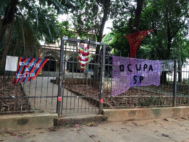 Alunos mostram os problemas da Escola Estadual Fernão Dias Paes, em Pinheiros, que motivaram o protesto que dura mais de 50 dias (Foto: Vivian Reis/G1)