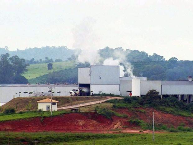 População protesta contra mau cheio de fábrica de ração em Campo Belo (Foto: Reprodução EPTV / Tarcísio Silva)