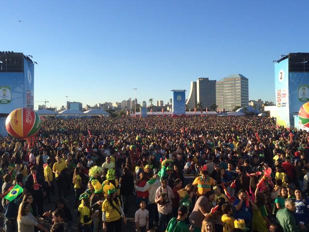 Multidão comparece à Fan Fest para o jogo do Brasil (Foto: Rafaella Fraga/G1)