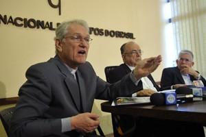 O secretário-geral da CNBB, dom Leonardo Steiner, fala durante entrevista na sede da CNBB (Foto: Antonio Cruz / Agência Brasil)